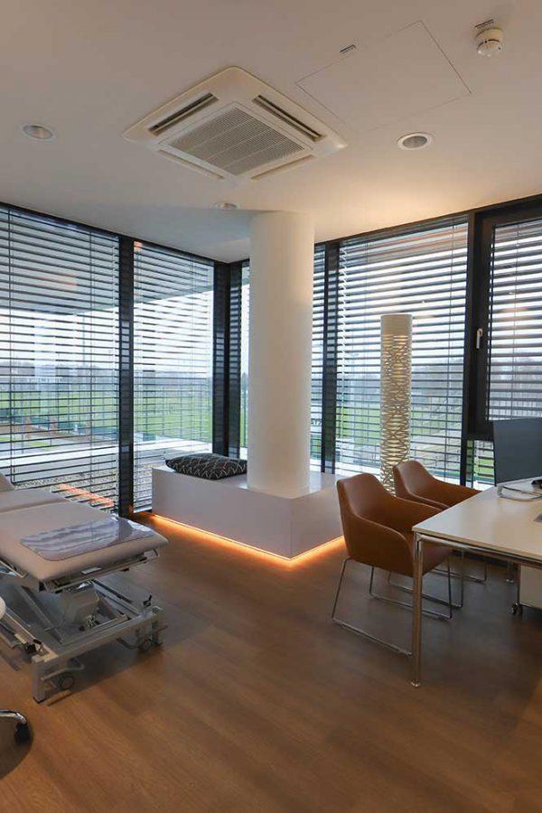 Wir bieten ein besonderes Ambiente in unserer Praxis, unter anderem sehr moderne Behandlungsräume mit Blick auf den so genannten Fohlenplatz und das Trainingszentrum Borussias.